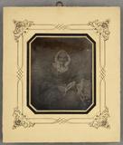 Visualizza Ältere Frau mit Haube mit einem Buch in der H… anteprime su