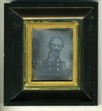 Visualizza Head and shoulders portrait of a uniformed ma… anteprime su
