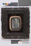 Visualizza Ingekleurd portret van een vrouw, zittend voo… anteprime su