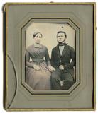 Miniaturansicht Vorschau von Das unbekannte Paar sitzt en face zur Kamera …