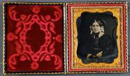 Visualizza Frau mit Blumenhaube und schwarzen Handschuhe… anteprime su