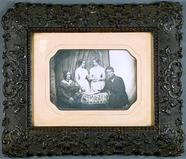 Visualizza Familienportrait mit zwei Töchtern, ca. 1850 anteprime su