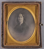 Thumbnail preview van Halbporträt einer Frau in schwarzem Kleid