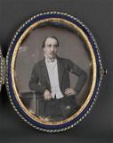 Miniaturansicht Vorschau von Portrait d'homme, à mi-genoux, debout, tête d…