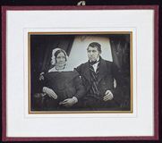 Visualizza Älteres Ehepaar nebeneinander sitzend, der Ma… anteprime su