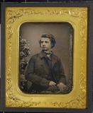 Visualizza Junger Mann neben einer Porzellanvase mit Blu… anteprime su