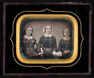 Visualizza Portrett av tre kvinner. Mor og døtre? Portra… anteprime su