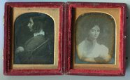 Visualizza Case with two portraits. This entry describes… anteprime su