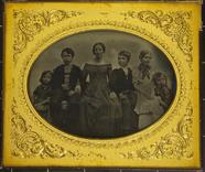Visualizza Frau in schlichtem Kleid mit fünf Kindern. Vi… anteprime su