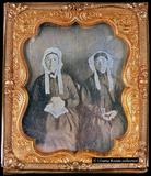 Visualizza Three-quarter portrait of two seated women. w… anteprime su