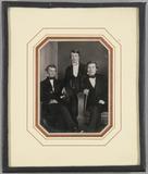 Visualizza Drei junge Männer im Atelier, der rechts im S… anteprime su