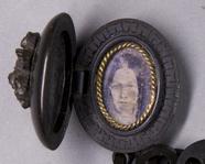 Visualizza Porträt einer Frau mit Locken. anteprime su