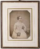 Visualizza Junge Frau in einem hellen Kleid anteprime su