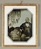 Visualizza Ehepaar mit kleinem Sohn, Dreiviertelfiguren,… anteprime su
