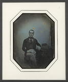 Forhåndsvisning av Portrait d'homme en pied, assis, de face, l'a…