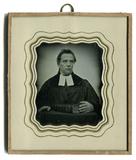 Prévisualisation de Der Pfarrer steht an einem Tisch, auf dem ein… imagettes