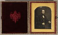 Visualizza Gentleman sitzt am Tisch, Dreiviertelportrait… anteprime su