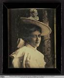 Visualizza Dame in weißem Kleid und mit Hut (nach einem … anteprime su