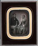 Visualizza Couple assis se tenant la main anteprime su