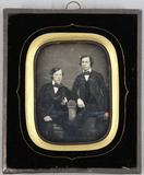 Thumbnail preview of Zwei junge Männer, einer sitzend, einer stehe…