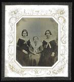 Visualizza Drei Frauen nebeneinander sitzend, in der Mit… anteprime su