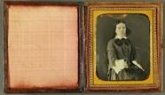 Visualizza Junge Frau mit Postkarte (?), USA, ca. 1850. anteprime su