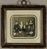 Visualizza Mutter mit ihren drei Kindern. Der Sohn steht… anteprime su