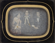 Miniaturansicht Vorschau von Portrait d'une femme entourée d'une jeune fil…