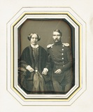 Thumbnail preview of En face Porträt eines unbekannten Paares sitz…