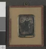 Visualizza Portrett av tre stående barn, to gutter og en… anteprime su