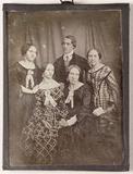 Visualizza Vier unbekannte Frauen und ein Mann anteprime su