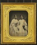 Thumbnail preview of Zwei stehende Mädchen in Konfirmationskleider…