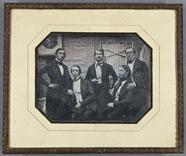 Visualizza Fünf junge Männer vor einer Hauswand und Tür,… anteprime su