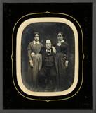 Visualizza Homme assis entre deux jeunes filles anteprime su