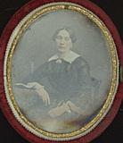 Visualizza Jeune femme assise en robe sombre anteprime su