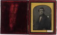 Visualizza Portrett av en mann med sideskill. Portrait o… anteprime su