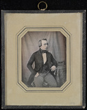 Stručný náhled Portrett av ung mann sittende på en polstret …