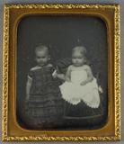 Visualizza Bildnis von zwei Mädchen in schultrfreien Kle… anteprime su