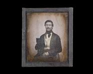 Visualizza Portrett av mann med den ene hånden innenfor … anteprime su