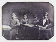 Miniaturansicht Vorschau von Vier Kinder im Schulzimmer