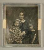 Visualizza Mutter mit zwei Kindern, das kleinere in kari… anteprime su