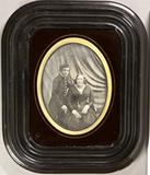 Thumbnail preview van Frau mit Korkenzieherlocken sitzend, neben ih…