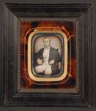 Visualizza Portrett av sittende mann i lenestol. Portrai… anteprime su