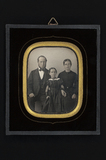 Visualizza Group family portrait of a couple and a girl anteprime su