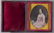 Miniaturansicht Vorschau von Halbporträt einer jungen Frau in hellem Kleid…