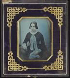 Visualizza Junge Frau mit weißer Halsschleife und einem … anteprime su