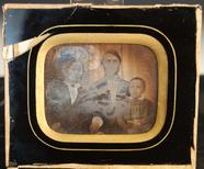 Visualizza Gruppebilde med tre personer. /  Group portra… anteprime su
