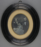 Thumbnail preview of Porträt eines jungen Paares mit ihrem Säuglin…