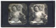 Miniaturansicht Vorschau von Eine nackte Frau sitzt auf einem mit Tüll abg…