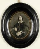 Visualizza Porträt einer sitzenden jungen Frau mit kolor… anteprime su